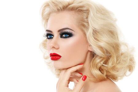 smoky eyes: Ritratto di giovane donna bella bionda con gli occhi smoky e labbra rosso su bianco