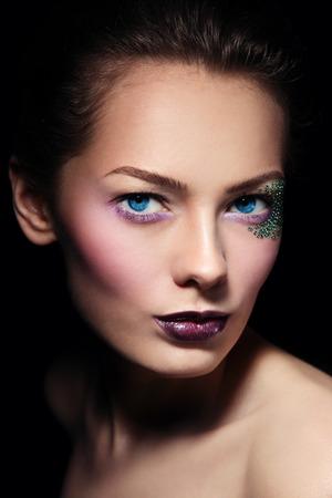 glitter makeup: Retrato de joven bella mujer con estilo Maquillaje del brillo, enfoque selectivo