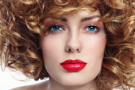 lentes de contacto: Close-up retrato de la joven mujer de ojos azules hermosa con el pelo rizado