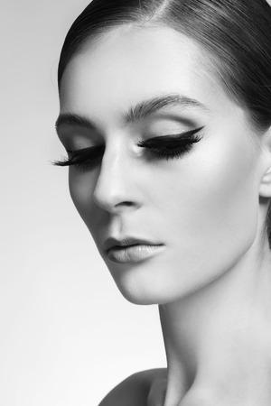 maquillage chat Portrait de la belle jeune femme avec des yeux de chat  maquillage et