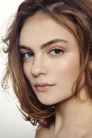Portrait der jungen schönen sexy Mädchen mit sauberen Make-up und chaotisch Frisur