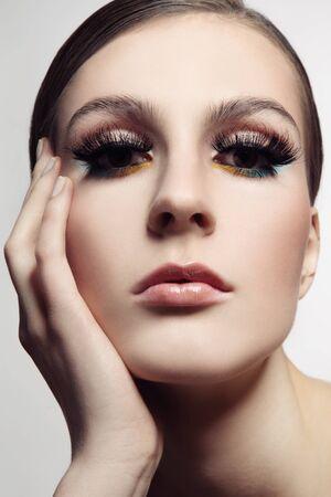 pesta�as postizas: Close-up retrato de la joven y bella mujer con estilo de maquillaje y pesta�as falsas de fantas�a, atenci�n selectiva Foto de archivo