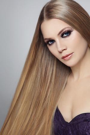 capelli lunghi: Giovane bella donna con i capelli lunghi e ciglia finte Archivio Fotografico