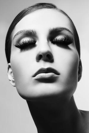 pestaÑas postizas: En blanco y negro retrato de primer plano de la joven y bella mujer con pestañas postizas, enfoque selectivo