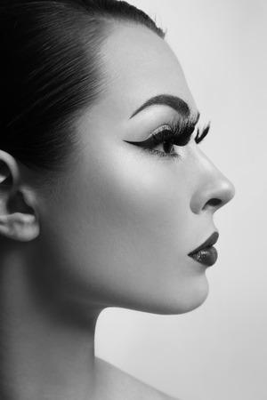 pestaÑas postizas: En blanco y negro retrato de perfil de joven hermosa con las pestañas falsas largas