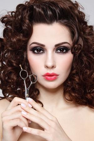 cabello rizado: Retrato de joven bella mujer con el pelo largo y rizado sano