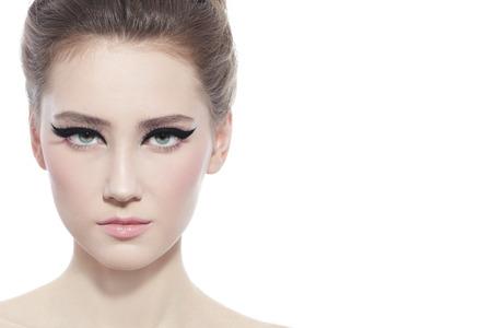 yeux: Portrait Salut-cl� de la belle jeune fille avec style oeil de chat maquillage sur fond blanc Banque d'images