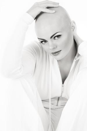 젊은 beautifil 스킨 헤드 여자의 흑백 사진