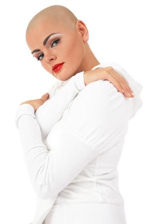 bald: Mujer joven skinhead beautifil sobre fondo blanco