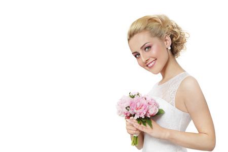 Jonge mooie blonde gelukkig lachende bruid in kanten jurk, met boeket op witte achtergrond