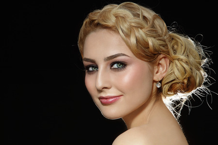 スタイリッシュなウエディング髪型の若い金髪美女の肖像画 写真素材