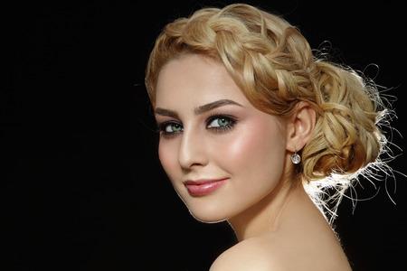 Portret van jonge mooie blonde vrouw met stijlvolle prom kapsel