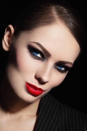 smoky eyes: Ritratto di giovane donna bellissima con gli occhi fumosi e rossetto rosso