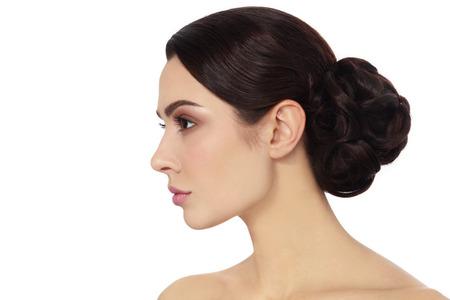 collo: Profilo ritratto di giovane donna bella ed elegante chignon capelli su sfondo bianco, spazio copia