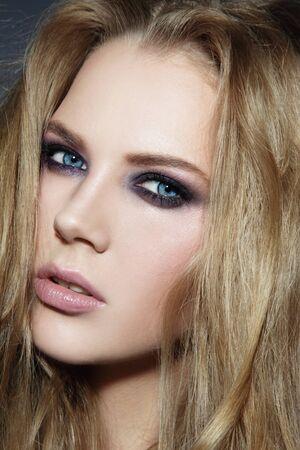 smoky eyes: Close-up ritratto di giovane donna bella bionda con gli occhi fumosi make-up