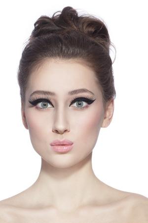 sorprendido: Retrato de joven delgada hermosa mujer joven feliz con ojos de gato con estilo y expresión de sorpresa sobre fondo blanco