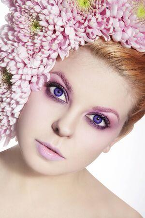 contact lenses: Retrato de joven bella mujer con lentes de contacto violeta, maquillaje de fantas�a y flores en el pelo