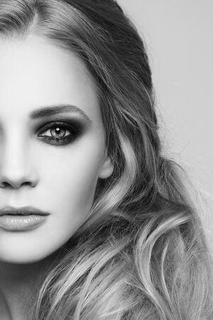 niñas bonitas: retrato de primer plano en blanco y negro de la mujer hermosa con ojos de humo y peinado desordenado estilo