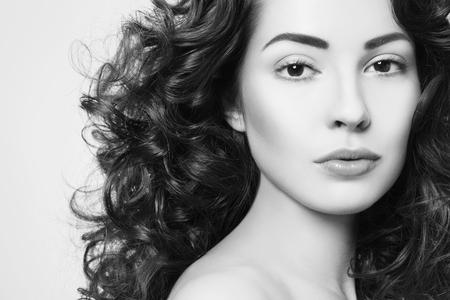 Retrato en blanco y negro de joven bella mujer con pelo largo y rizado Foto de archivo