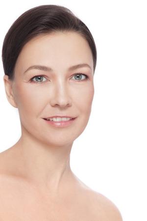 흰색 배경 위에 성숙한 웃는 여자 아름 다운 건강 행복의 초상화 스톡 콘텐츠