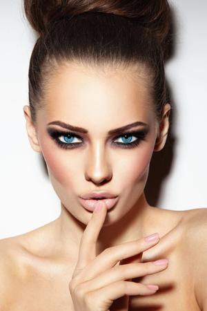 Junge schöne sexy Frau mit blauen Augen mit rauchigen Augen und dem stilvollen Haar Brötchen Standard-Bild