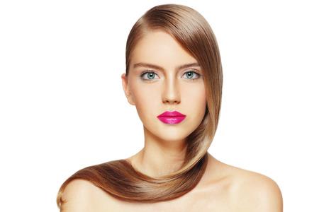 흰색 배경 위에 긴 머리와 자홍색 립스틱 젊은 아름 다운 여자의 초상화, 복사 공간 스톡 콘텐츠
