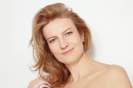 곱슬 머리와 깨끗한 화장과 아름다운 건강한 행복 웃는 성숙한 여자의 초상화 스톡 콘텐츠