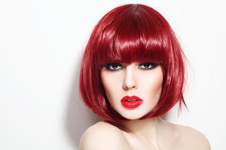 pelirrojas: Retrato de joven y bella chica pelirroja atractiva con corte de pelo bob y maquillaje elegante