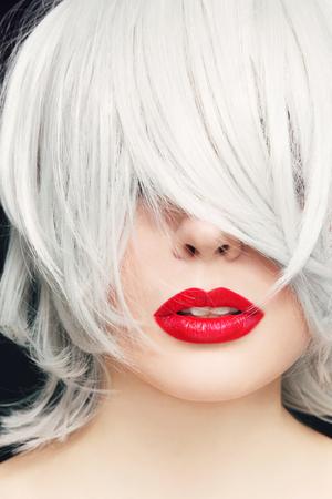 red lips: Primer plano retrato de mujer joven con lápiz labial rojo y corte de pelo de manga Foto de archivo