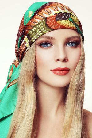 녹색 실크 스카프 긴 머리와 세련된 연기가 자욱한 눈을 가진 젊은 아름 다운 여자의 초상화 메이크업 스톡 콘텐츠