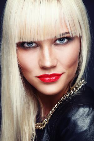 Ritratto di giovane bella donna di platino elegante bionda con rossetto rosso Archivio Fotografico