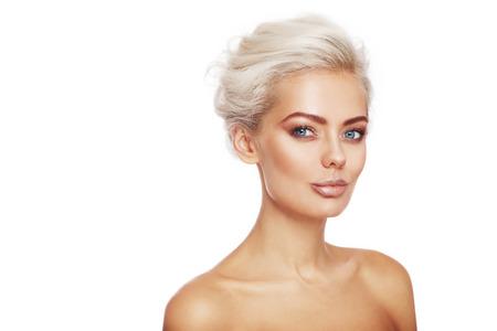 mujer rubia desnuda: mujer atractiva morena joven con estilo de maquillaje y el peinado sobre fondo blanco, espacio de la copia