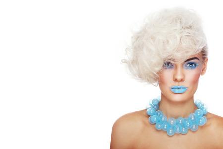 Portret młodej pięknej kobiety blond ze stylowym makijażu i fryzurze i ozdobnego szkła naszyjnik na białym tle, kopia przestrzeń Zdjęcie Seryjne