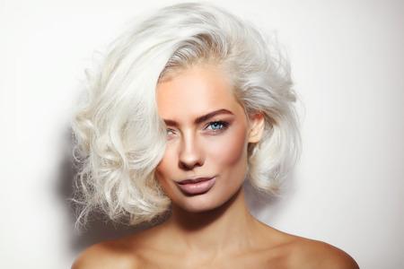 Portret van jonge mooie gelooide platina blonde vrouw met schoon make-up Stockfoto
