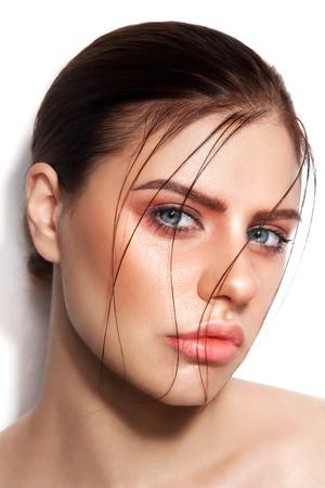 Close-up HD retrato de joven y bella mujer sexy con la piel y el cabello mojados brillante