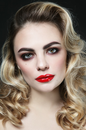 Vintage style portrait of young beautiful woman with blonde curly hair and red lipstick 版權商用圖片