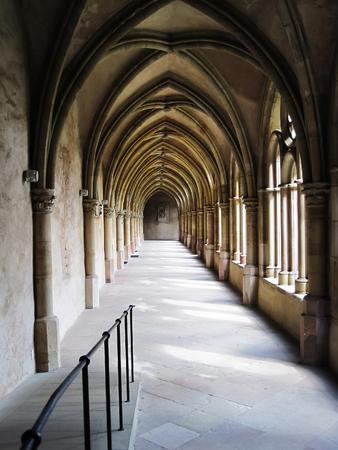 Arcs gothiques dans le couloir blanc de l'église catholique, en gémanie Banque d'images - 92131599