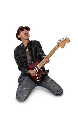 Guitarrista de la roca grita mientras que juega en solitario, aislado en fondo blanco Foto de archivo - 43053635