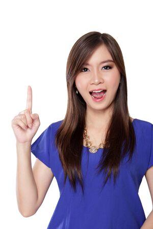 美しい若いアジア女性指を上向きと、白い背景で隔離の驚いた顔とカメラ目線 写真素材