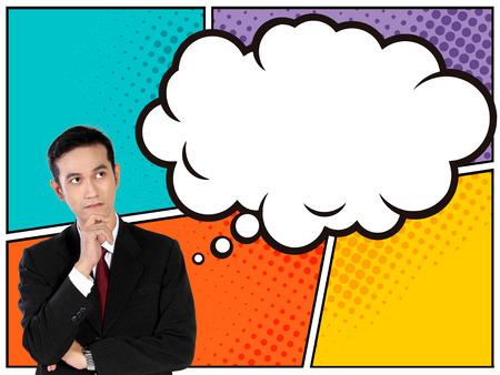 コミカルなスタイルのビジネス コンセプトです。カラフルなパネルの背景に片方の手であごを押しながら彼の上漫画バブル思考を探して若いアジア