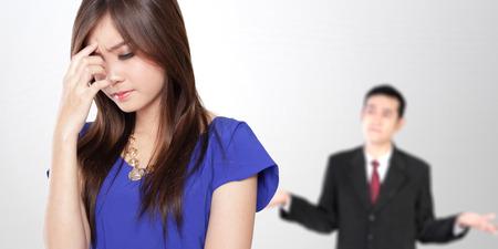 dolor de cabeza: Imagen conceptual de una pareja de jóvenes asiáticos en traje formal que tiene una pelea