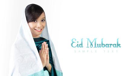 コピー スペースのために分離の白い背景を笑顔素敵な宗教的なイスラム教徒の少女