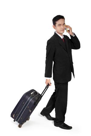 full body shot: Carrocer�a completa tir� de empresario asi�tico joven en viaje de negocios, aislados en fondo blanco