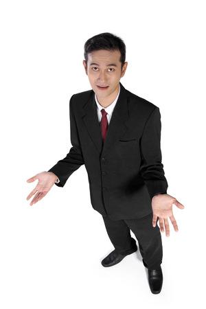 quizzical: Alto �ngulo de disparo lleno de negocios asi�tico joven que mira la c�mara con expresi�n burlona, ??aislado en fondo blanco