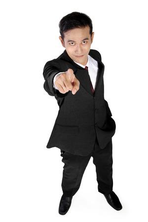 personas mirando: De alto �ngulo de tiro de negocios asi�tico optimista apunta un dedo a la c�mara, aislado en fondo blanco Foto de archivo
