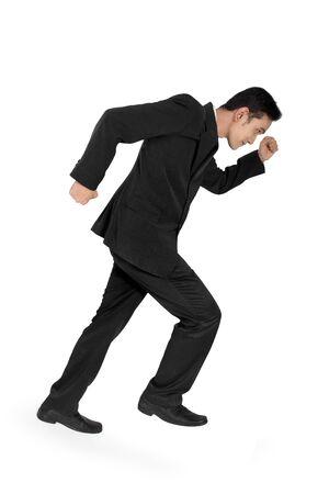 full body shot: Joven empresario asi�tico en gesto de correr, disparo de cuerpo completo, aislado en fondo blanco