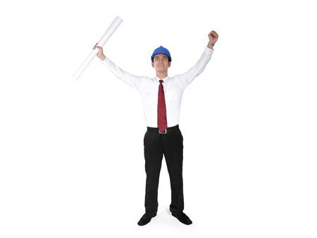 full body shot: Trabajador de la construcci�n asi�tica atttractive levanta sus manos en la expresi�n alegre, tiro de cuerpo completo, aislado en fondo blanco Foto de archivo