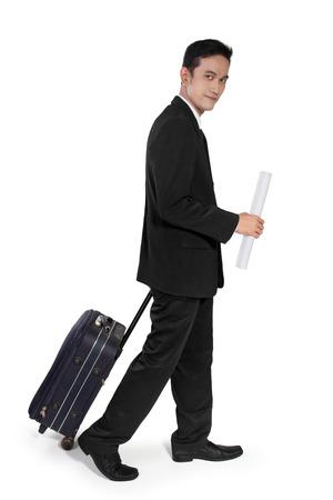 full body shot: Hombre de negocios asi�tico joven en vacaciones, con un rollo de papel y bolsa de viaje, tiro de cuerpo completo, aislado en fondo blanco Foto de archivo