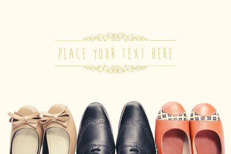 靴の 3 つのペアのオーバー ヘッド ショットのコピー スペースを持つビンテージ スタイルのヒントします。