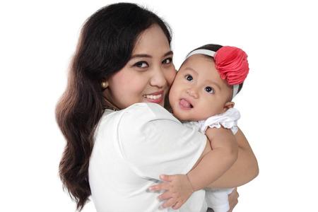 madre soltera: Madre asiática feliz abrazando a su hija linda, aislados en fondo blanco